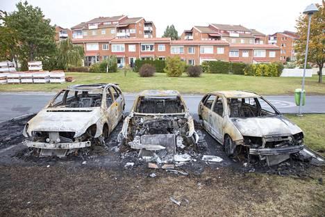Märstan keskustan lähellä poltetuista autoista osa oli paikoillaan vielä keskiviikkona.