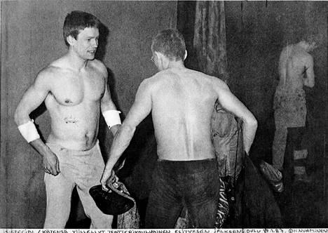 """""""IS-special: kätensä viillellyt teatterikoululainen esityksen jälkeen, Oulu 17.1.1987"""", kirjoitti valokuvaaja Harri Nurminen saatteeksi Ilta-Sanomille Jumalan teatterista lähettämäänsä kuvaan."""