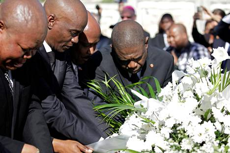 Haitin presidentti Jovenel Moise (toinen vasemmalta) laski sunnuntaina seppeleen maanjäristyksen uhrien muistoksi.