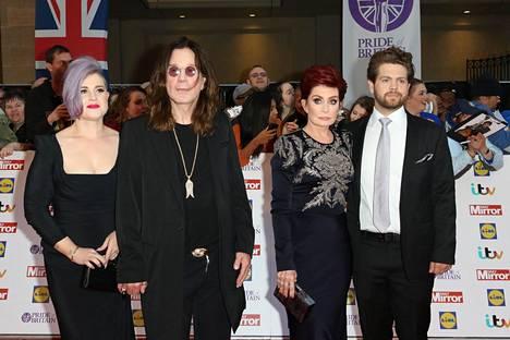 Ozzy ja Sharon Osbournella on kolme yhteistä lasta, mutta heidän Aimee-tyttärensä ei ole esiintynyt julkisuudessa. Kuvassa Osbournet yhdessä Kelly-tyttärensä ja Jack-poikansa kanssa viisi vuotta sitten.