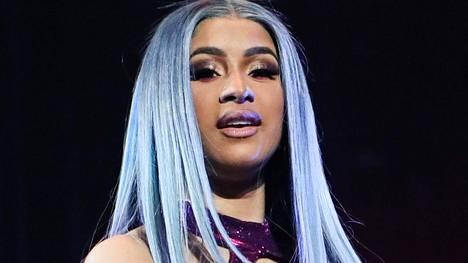 Peruukeistaan tunnettu Cardi B paljasti todelliset hiuksensa. Kuva kesältä 2019, jolloin räppärin päässä nähtiin lyhyt ja vaalea peruukki.
