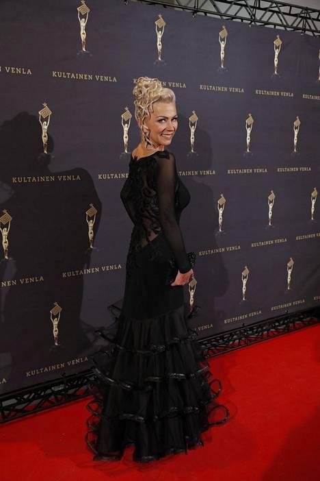 Helena Ahti-Hallberg luotti tyylikkääseen mustaan.