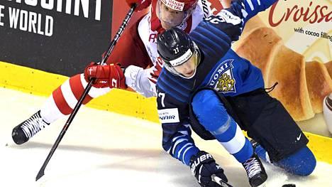 Eetu Luostarinen (oik.) ehti pelata neljässä MM-ottelussa ennen kuin joutui palaamaan kotiin loukkaantumisen vuoksi.