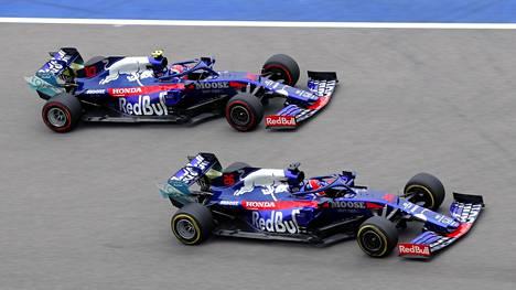 Toro Rosson F1-kuskit Pierre Gasly ja Daniil Kvjat radalla perjantain harjoituksissa Sotshissa.