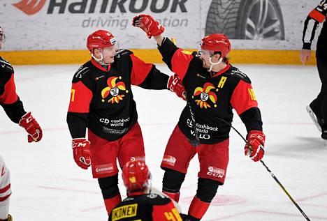 Jokerien peli on kulkenut tällä kaudella hyvin, ja joukkueessa on yleisöä kiinnostavia pelaajia. Tässä Petri Kontiola ja Sami Lepistö tuulettavat maalia.