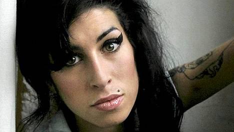 Amy Winehouse halusi adoptoida pienen tytön Karibialta.