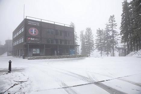 Kolilla sijaitsevan hotellin pihamaa on täysin lumen peitossa.