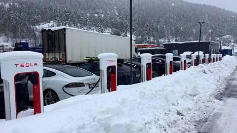 Sähköautoja Teslan latausasemalla Gulsvikissa 17. maaliskuuta 2019.