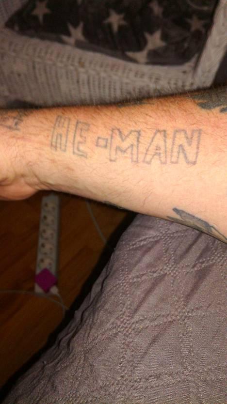 Juhan käsivartta koristavan He-Man -tatuoinnin taiteili hänen veljensä.