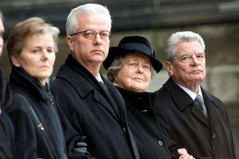 Fritz von Weizsäcker (toinen vasemmalta) kuvattiin helmikuussa 2015 isänsä hautajaisissa sisarensa Beatricen (vas.), äitinsä Mariannen sekä Saksan silloisen presidentin Joachim Gauckin kanssa.