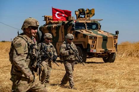 Yhdysvaltalaiset ja turkkilaiset sotilaat partioivat yhdessä Syyrian rajalla syyskuussa.