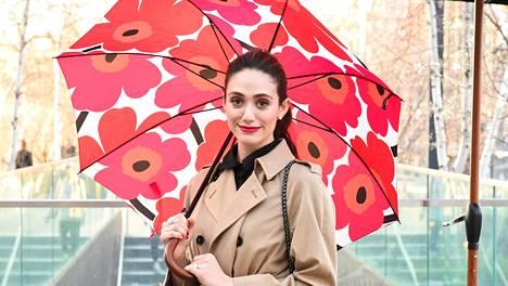 Emmy Rossum poseerasi Marimekon unikkokuosilla varustetun sateenvarjon alla.