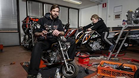 Janne Ahonen kuvattuna Ahonen Racing Teamin tallilla nuoremman poikansa Milon kanssa.