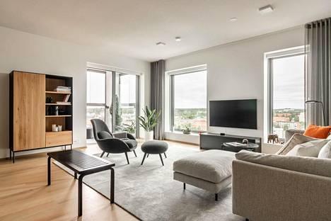 Asunnossa olohuone ja keittiö muodostavat yhteisen ja avaran kokonaisuuden.