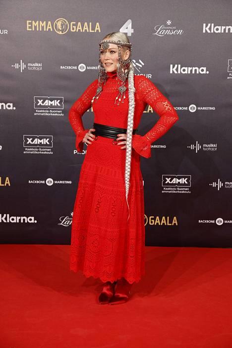Anna Puun asu oli yksi punaisen maton erikoisimmista. Se oli kokonaan peräisin naisen omasta vaatekaapista ja artisti itse kuvaili asuaan soturiprinsessamaiseksi.