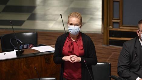 PS:n kansanedustaja Mari Rantanen kuvattuna eduskunnassa.