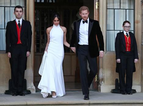 Herttuapari vaihtoi iltaa varten ylleen rennommat asut. Meghan oli pukeutunut Stella McCartneyn silkkiluomukseen ja Harry vaihtoi ylleen charmikkaan smokin.