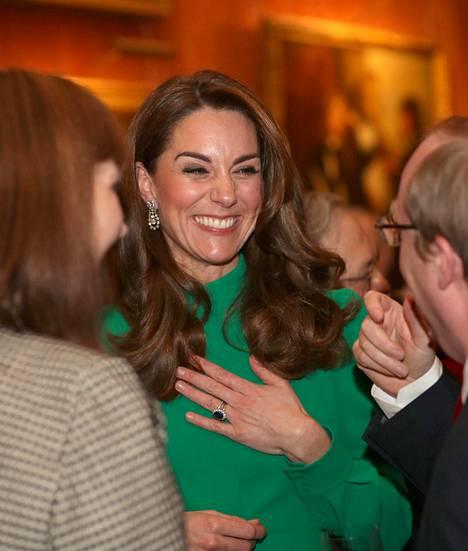 Vihreään asuun pukeutuneella herttuatar Catherinella näytti olevan hauskaa. Hän edusti ilman puolisoaan prinssi Williamia.