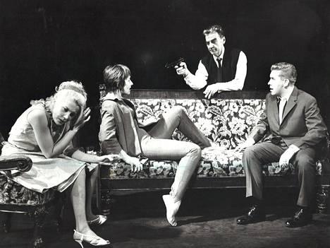 Joel Rine (kesk.) Kansallisteatterin Kuka pelkää Virginia Woolfia? -näytelmässä vuonna 1964 .