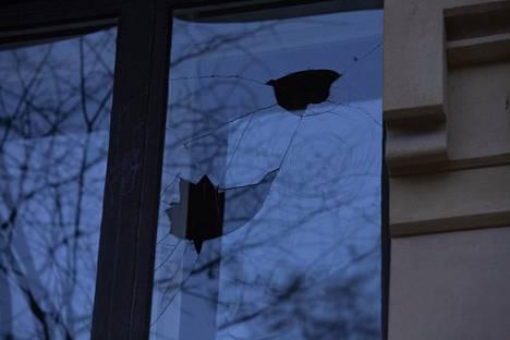 Turkin suurlähetystön alapuolella sijaitsevien asuntojen ikkunoita rikottiin mielenosoituksen aikana.