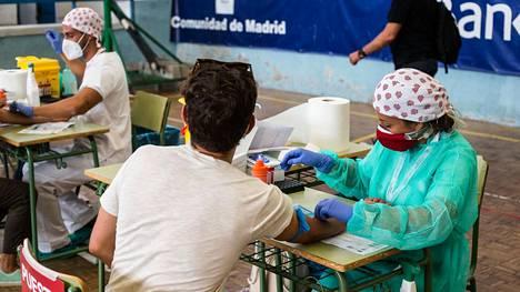 Terveysviranomaiset testasivat opettajia korona varalta Madridissa 3. syyskuuta.