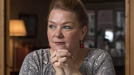 –Sain tiedon tämän viikon maanantaina ja minulta menivät jalat alta. Piti istua alas. Se oli niin pelottavaa, kirjailija Annina Holmberg sanoo koronaviruksestaan.