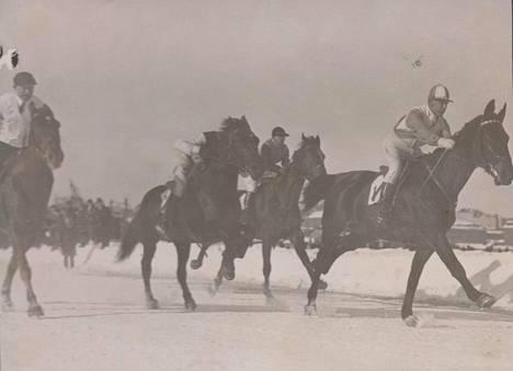 Suomessa on vuosien aikana kilpailtu myös jäällä. Vauhdikasta kiitolaukkaa nähtiin Pohjoisrannan jäällä vuonna 1932.