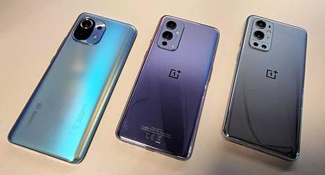 Kännyköiden värivalinnat ovat muotipuuhastelua. Xiaomi uskoo mattapintaiseen siniseen (kuvassa) tai harmaaseen. OnePlussan vaihtoehdot ovat muun muassa kiiltäväpintaiset harmaa (oikealla) ja talviusvaksi nimetty liilajohdannainen (keskellä).