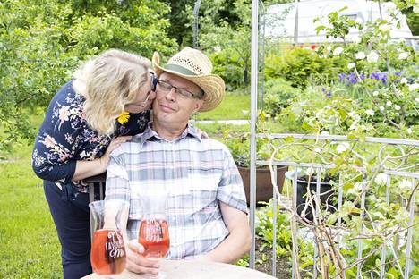 Kuvassa Markku ja Anne kotipihallaan Äänekoskella kesällä 2019.