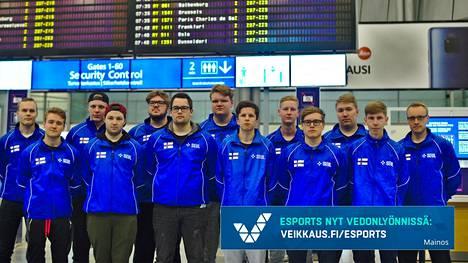 Suomen kilpapelijoukkue IESF:n MM-kisoihin lähdettäessä. Suomi voitti Counter-Strike-turnauksen finaalissa Ruotsin.