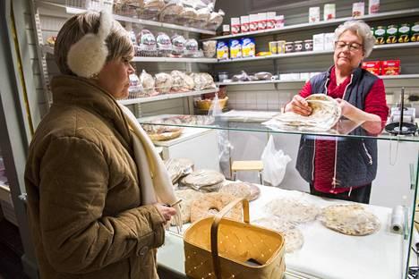 Marja Koskenaho myy kauppahallissa Limingan rieskaa.