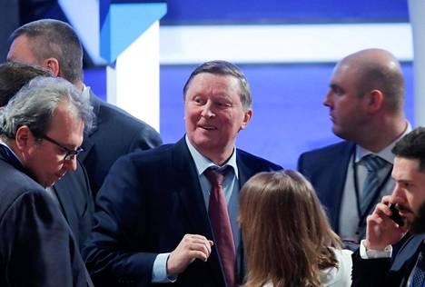 Sergei Ivanov (keskellä) on tuttu mies suomalaisille, sillä hän on usein läsnä Venäjän delegaatiossa korkean tason suomalais-venäläisissä tapaamisissa. Tällä hetkellä hän istuu turvallisuusneuvostossa ja on presidentin erityislähettiläs ympäristöasioissa.