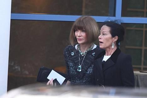 Anna Wintour on toiminut Voguen päätoimittajana vuodesta 1988. Hänen rinnallaan kävelee Amanda Harlech, Lagerfeldin pitkäaikainen tuttava.