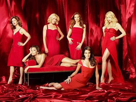Täydelliset naiset nousi 2000-luvulla valtavaan suosioon. Kuvassa sarjan päätähdet Dana Delany (takana vasemmalla), Felicity Huffman, Marcia Cross, Nicollette Sheridan, Eva Longoria (edessä vasemmalla) ja Teri Hatcher (oik.).