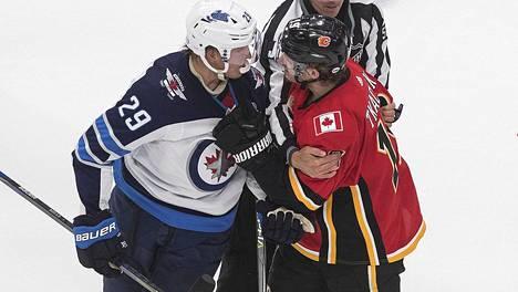 Patrik Laine oli ottelussa tukkanuottasilla myös Calgaryn Matthew Tkachkin kanssa.