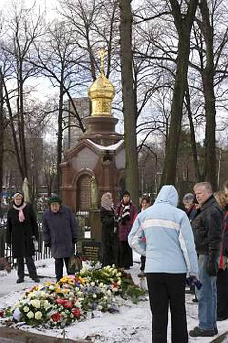 Ulkoilijoita poikkesi viettämässä hiljaista hetkeä Kirkan haudalla jo varhain lauantaina.
