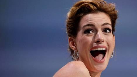 Näyttelijä Anne Hathaway yllättyi palkinnon saamisesta, mutta aivan yhtä hyvin hän olisi voinut yllättyä meikkipussinsa äärellä!
