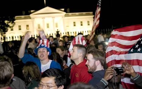 Ihmiset juhlivat Valkoisen talon edustalla aamulla 2. toukokuuta 2011, kun tieto Osama bin Ladenin kuolemasta oli tullut.