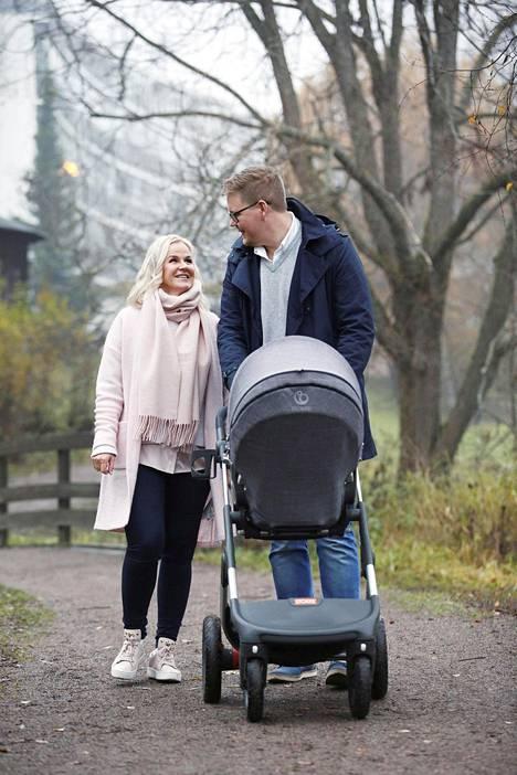 Vaunuissa nukkuva Sofie ei tiedä vielä, miten valtava ilo oli, kun vanhemmat saivat tietää vauvan tulosta.