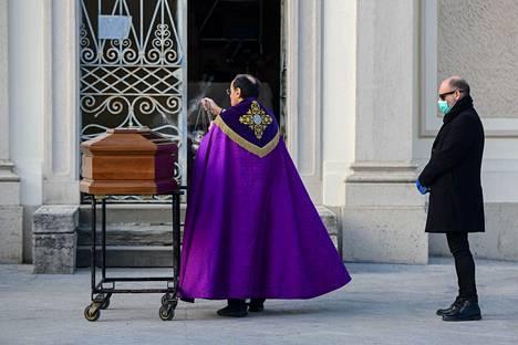 Hautajaiset Lombardiassa perjantaina.