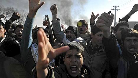 Koraanien polttamisesta alkaneet mielenosoitukset muuttuivat eilen väkivaltaisiksi mellakoiksi.