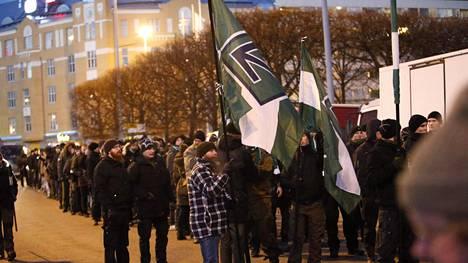 Kansallissosialistinen uusnatsijärjestö Pohjoismainen vastarintaliike (PVL) kokoontui Hakaniemeen marssia varten vuonna 2016.