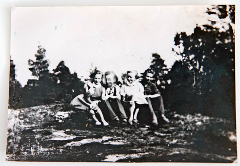 Kuvassa vasemmalla Annelin nuoruudenystävä Kaija Ovaskainen. Toinen oikealta Anneli Happo ja oikealla Seppo Boisman.