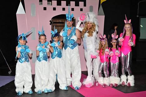 Kuvassa keskellä Pricen perhe eli aviomies Kieran Hayler, Katie Price ja vanhempien vasemmalla ja oikealla puolella lapset Princess Tiaamii ja Junior Andre.