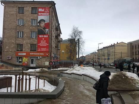 """Petroskoin keskustassa on näyttävä Venäjän kommunistien mainos, jossa juhlistetaan vallankumouksen 100-vuotispäivää. """"Me tulemme takaisin"""", mainoksessa sanotaan."""