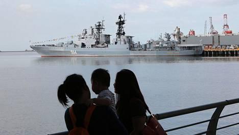 Filippiiniläisperhe katseli Manilaan saapunutta venäläistä Admiral Tributs -sotalaivaa Manilan satamassa tiistaina.