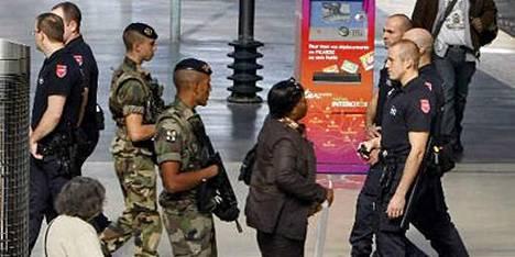 Pariisin Gare du Nordin rautatieasemalla partioivat sekä armeijan sotilaat että vartiontiliikkeen miehet.