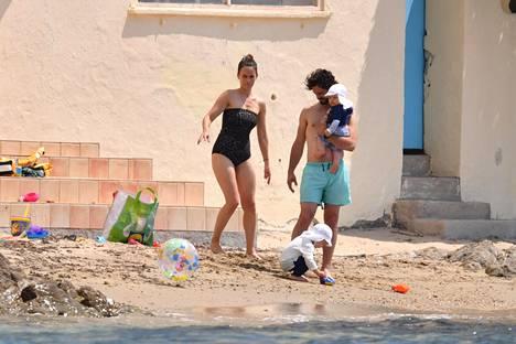 Prinsessa Sofia ja prinssi Carl Philip olivat pukeutuneet rantapäivään rennosti uima-asuihin.