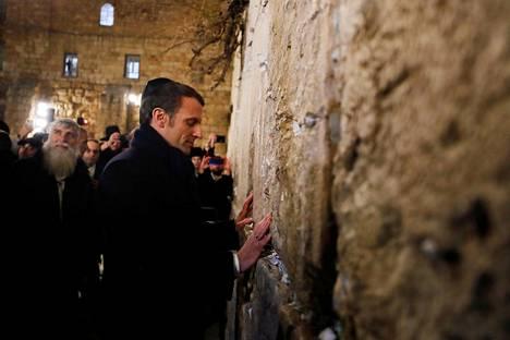 Ennen kirkkovierailua Macron teki kävelykierroksen Jerusalemin vanhassakaupungissa. Kuvassa hän koskettaa itkumuuria.