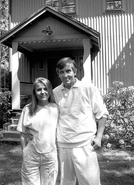Sini ja Einojuhani Rautavaara kotiovellaan Kulosaaressa vuonna 1985.